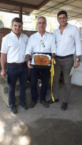 REMATE: La Cooperativa Guillermo Lehmann entrega presente al Presidente de la Sociedad Rural Las Colonias
